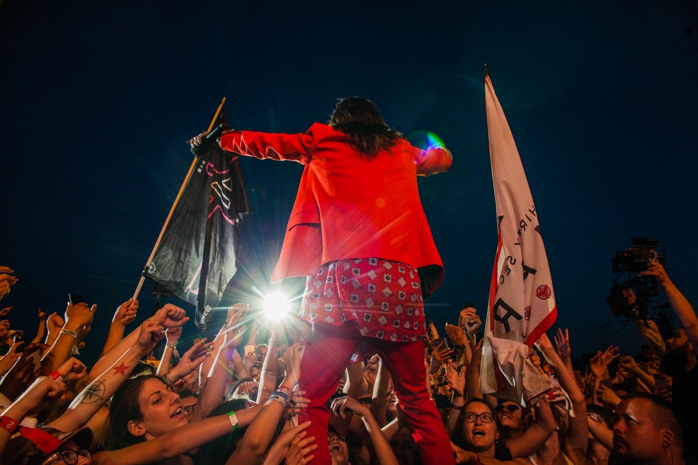 Jared Leto, singt mit seinen Fans von 30 Seconds to Mars