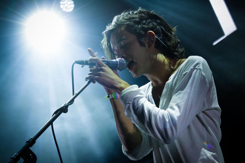 Sänger Matthew Healy der Bands THE 1975 raucht während einem Konzert